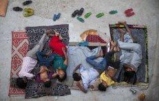Una familia india duerme en el techo de una casa para combatir el calor en Nueva Delhi (India). Más de 1.800 personas han muerto en los estados indios de Andhra Pradesh y Telangana, en el sur del país, a consecuencia de la ola de calor registrada en los últimos días, en los que los termómetros han rozado los 50 grados en algunas zonas. Recordamos que el suministro de agua en el país es muy escaso; la gente con un nivel de vida pésimo está obligada a trabajar todos los días para obtener ingresos, aunque las condiciones sean desfavorables. TSERING TOPGYAL (AP) Fuente: El País