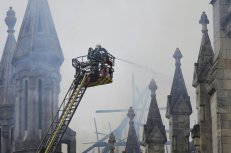 Labores de extinción del incendio que ha dañado el techo de la basílica de Saint Donatien de Nantes, en Francia. STEPHANE MAHE (REUTERS)