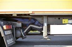 Un inmigrante ilegal intenta cruzar el Canal de la Mancha, en la región francesa de Calais, escondido debajo de un camión. El primer ministro británico, David Cameron, ha indicado que su Gobierno está estudiando reforzar la frontera con Francia en torno al puerto de Calais después de lo que ha calificado de escenas inaceptables de caos con inmigrantes intentando llegar a Reino Unido. THIBAULT CAMUS (AP)
