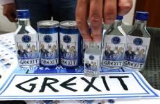 El empresario alemán Uwe Dahlhoff muestra botellas de la bebida Grexit, en Hamm (Alemania). La próxima semana será lanzado este licor de vodka y limón. El término Grexit se refiere a la posible salida de Grecia de la zona Euro. (Ina Fassbender / EFE)