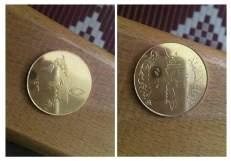 Fotografías propagandísticas difundidas por internet por el grupo terrorista Estado Islámico (EI), y cuya autenticidad no pudo ser comprobada, de las monedas de oro que supuestamente ha acuñado en los territorios que domina en Irak y Siria. En la imagen de la derecha, el anverso de una moneda de 5 dinares, en la que aparece inscrito en la parte de arriba 'Estado Islámico' con el valor de la moneda en la mitad, y en la parte de abajo el mensaje 'un califato que sigue el modelo del profeta' Mahoma. En la imagen de la izquierda, el reverso de la misma moneda en la que se ve un mapa del mundo. (EFE)