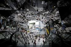 Peatones caminan por una calle comercial en Tokio (Japón). El índice de precios al consumo (IPC) subió en Japón un 0,1% interanual en mayo, lo que supone el vigésimo cuarto mes consecutivo de subida de precios en el país asiático, informó el Gobierno nipón. (Kiyoshi Ota / EFE)