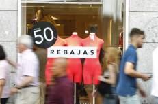 Las grandes superficies se han mostrado optimistas y esperan una buena campaña de rebajas de verano, que arrancan en España oficialmente este miércoles, ya que esperan recibir cerca de tres millones de clientes en el primer día, aprovechando los descuentos y la recuperación del consumo.