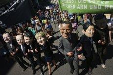 Activistas con máscaras que representan a los líderes del grupo G-7, participan en una marcha de protesta contra la próxima cumbre. Aproximadamente 30.000 personas se han manifestado en Múnich.