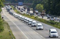 Repatriación de las víctimas del accidente aéreo de la compañía Germanwings en marzo de 2015. En la imagen, una caravana de coches fúnebres con los restos mortales de los 16 escolares alemanes que murieron en el suceso, por la autopista de Duisburg, Alemania. Fuente: Elpaís.es
