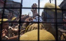Policías indios detienen a un empleado del gobierno de Cachemira durante una protesta convocada por el sindicato de trabajadores para exigir la regularización de los contratos de trabajo y un aumento de sueldo en Srinagar, Cachemira. Fuente: Elpaís.es