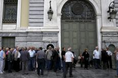 Pensioners wait for the opening of a National Bank branch to receive their monthly pensions in Athens May 28, 2015. 45 percent of pensioners receive monthly payments below the poverty line of 665 euros, the government says. REUTERS/Alkis Konstantinidis
