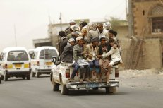 La escasez de combustible en Yemen ha provocado alzas en las tarifas de taxis, lo que ha obligado a ciudadanos de zonas rurales a buscar otros medios de transporte. En la imagen, un grupo de personas en un vehículo pick-up cerca de la ciudad yemení de Sanaa.