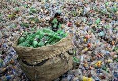 Un hombre recupera botellas de plástico en un vertedero de Chandigarh, India.