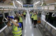 """Labores de desinfección en el interior de un vagón del Metro de Seúl, en Goyang, Corea del Sur. Hong Kong emitió una advertencia de """"alerta roja"""" contra los viajes no esenciales a Corea del Sur, para prevenir posibles contagios del Síndrome Respiratorio de Oriente Medio (MERS) que ha causado varias víctimas mortales."""