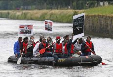 Actividad simbólica entre inmigrantes y activistas cerca del Parlamento Europeo para dar relevancia a la crisis de la inmigración en el Mediterráneo, en Estrasburgo, Francia.